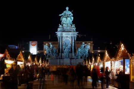 weihnachtsmarkt: Statue of Empress Marie-Theresa and Christmas Market in Maria-Theresien-Platz of Vienna, Austria