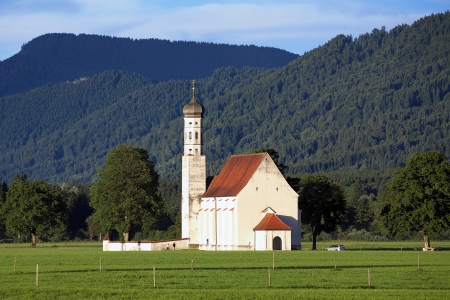 schwangau: Church of St Coloman in Schwangau with Bavarian Alps, Germany Stock Photo