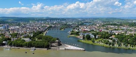 Panorama van Koblenz met Duitse Hoek aan de samenvloeiing van Rijn en Moezel met ruiterstandbeeld van Willem de Groot, Duitsland Stockfoto