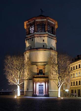 extant: Torre Schlossturm en la iluminaci�n de la noche, Dusseldorf, Alemania