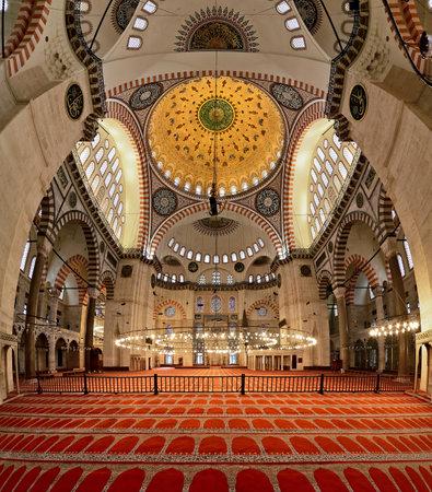 suleymaniye: Interior of the Suleymaniye Mosque in Istanbul, Turkey