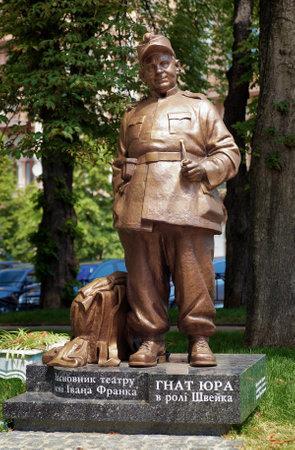 moscerino: Monumento al regista ucraino e attore Gnat Yura nel personaggio di The buon soldato Svejk, Kiev, Ucraina Editoriali