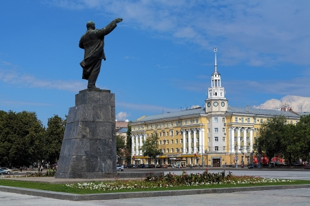voronezh: Lenin monument and Building of Regional Council of Trade Unions  former Hotel Voronezh  on the Lenin Square in Voronezh, Russia