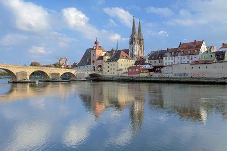 Uitzicht vanaf de Donau op de kathedraal van Regensburg en de Stenen Brug in Regensburg, Duitsland