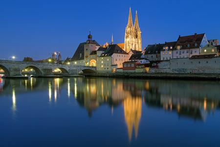 Avond uitzicht van de Donau op de kathedraal van Regensburg en de Stenen Brug in Regensburg, Duitsland