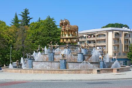 kutaisi: Fontana colchica sulla piazza centrale di Kutaisi con copie di statue rinvenute in scavi Kolkhida, Georgia Editoriali