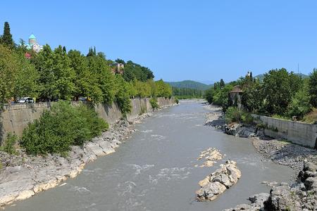 kutaisi: Rioni fiume e la Cattedrale di Bagrati sulla riva alta a Kutaisi, Georgia