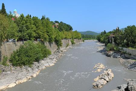 kutaisi: Rioni e la Cattedrale di Bagrati sulla riva alta a Kutaisi, Georgia Archivio Fotografico