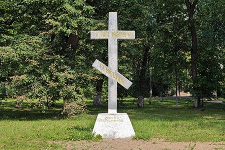 memorial cross: Croce Memorial a San Nectarius di Bezhetsk, uno dei fondatori della Presentazione di Maria Vergine in monastero Bezhetsk, Russia Editoriali
