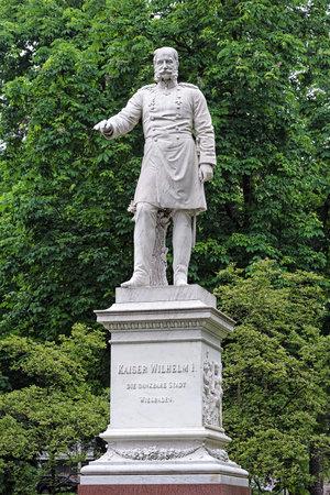 warmer: Statue of Emperor Wilhelm I in the Warmer Damm park of Wiesbaden, Germany