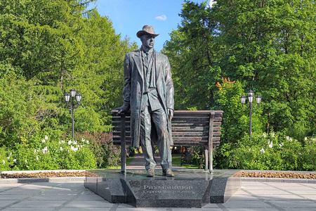novgorod: Monument to Sergei Rachmaninoff, a Russian composer, pianist and conductor, in the Kremlin Park of Veliky Novgorod, Russia Stock Photo