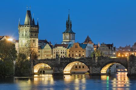 夜のカレル橋でプラハ、チェコ共和国、旧市街橋塔と古い町の給水塔のビュー