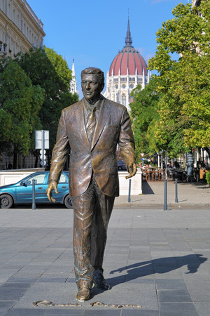 ronald reagan: Statue of the former U.S. President Ronald Reagan on the background of Hungarian Parliament Building in Budapest, Hungary. The statue by Hungarian sculptor Istvan Mate was unveiled on June 29, 2011.