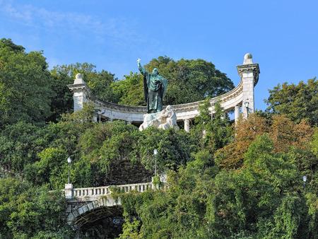 Saint Gellert Monument op de Gellert heuvel in Boedapest, Hongarije. Het monument is ontworpen door beeldhouwer Gyula Jankovits werd opgericht in 1904 op de plaats waar St. Gellert ontmoette zijn dood. Stockfoto - 48523905
