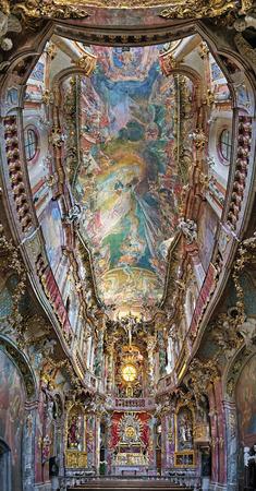 llegar tarde: MUNICH, Alemania - 26 de agosto de 2010: Interior de Asamkirche. La iglesia fue construida en 1733 hasta 1.746, y es considerado como uno de los principales representantes del sur de Alemania Barroco tardío.