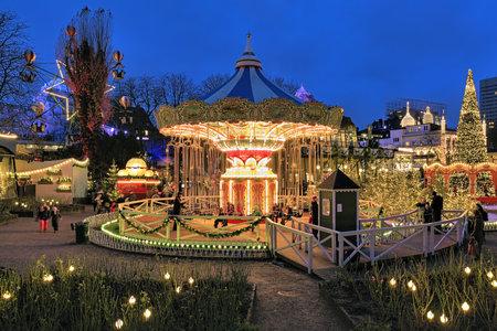 Kopenhagen, Denemarken - 14 december 2015: De carrousel en kerst verlichting in Tivoli Gardens, een beroemde pretpark en lusthof. Tivoli is de meest bezochte pretpark in Scandinavië. Redactioneel