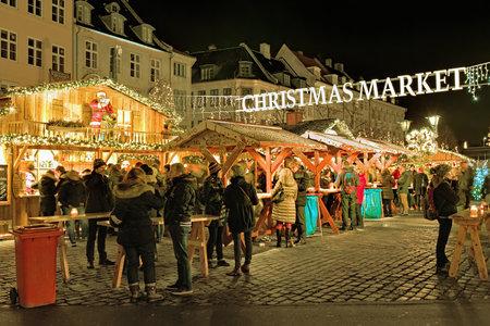 deutsch: COPENHAGEN, DENMARK - DECEMBER 12, 2015: Deutschs Christmas Market on the Hojbro Plads square in evening. The organizer of the market is Michael Deutsch therefore it named Deutschs Christmas Market.