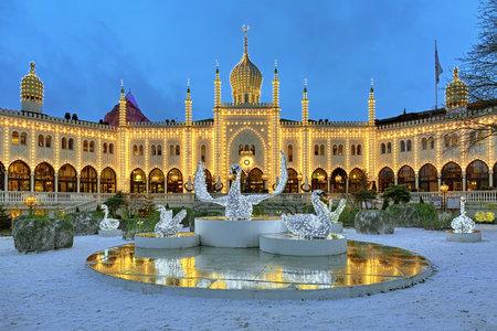 Kopenhagen, Denemarken - 14 december 2015: De installatie van Kerstmis met Zwanen in de voorkant van het Moorse paleis in Tivoli Gardens. Sinds 2008 in het paleis ligt het vijf-sterren boutique hotel Nimb. Redactioneel