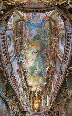 llegar tarde: MUNICH, Alemania - 26 de agosto de 2010: Pintura del techo de Asamkirche. La iglesia fue construida en 1733-1746 y es considerado como uno de los principales representantes del sur del barroco tard�o alem�n.
