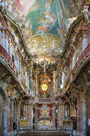 llegar tarde: MUNICH, Alemania - 26 de agosto de 2010: Interior de Asamkirche. La iglesia fue construida en 1733 hasta 1.746, y es considerado como uno de los principales representantes del sur de Alemania Barroco tard�o.