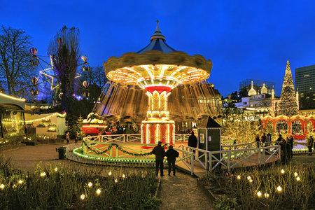 Kopenhagen, Denemarken - 14 december 2015: De carrousel en kerst verlichting in Tivoli Gardens, een beroemde pretpark en lusthof. Tivoli is de meest bezochte pretpark in Scandinavië. Stockfoto - 51049892