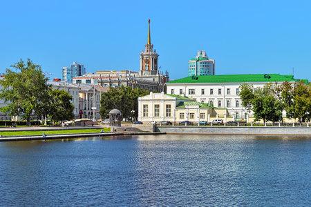 bandera rusia: Ekaterimburgo, Rusia - julio 21 de, 2015: Vista desde el estanque en el edificio del Gimnasio n�mero 9 y el edificio del Ayuntamiento. El gimnasio, fundada en 1861, es la m�s antigua instituci�n de educaci�n ciudades