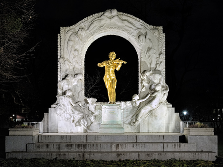 franz: Johann Strauss monument in Vienna Stadtpark in night, Austria. The monument by the sculptors Franz Metzner and Edmund Helmer was unveiled to the public on June 26, 1921.