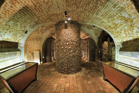 BRNO, republika czech - GRUDZIEŃ 11, 2016: Wnętrze ossuary pod kościół St James. W ossuarium znajdują się szczątki ponad 50 tysięcy osób, co sprawia, że jest to drugie pod względem wielkości ossuarium w Europie.