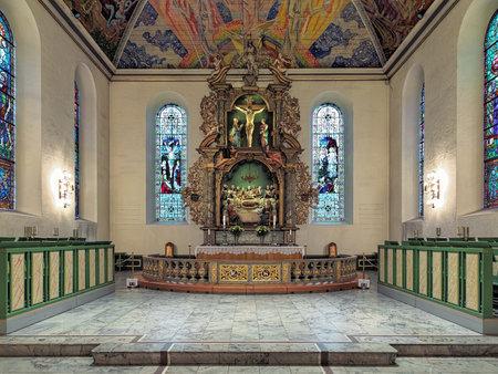 OSLO, NOORWEGEN - JANUARI 22, 2017: Altaar van de Kathedraal van Oslo met houten altaarstuk. Het altaarstuk werd geïnitieerd door de onbekende Nederlandse kunstenaar en voltooid in 1699 door de Noorse houtsnijder Lars Sivertsen. Stockfoto - 71874673