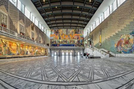 OSLO, Noorwegen - 24 januari 2017: Main Hall in Oslo City Hall. De Grote Zaal dient als locatie voor belangrijke functies, waaronder de Nobelprijs voor de Vrede uitreiking. Stockfoto - 71874794