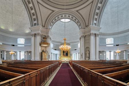 Helsinki, Finland - 4 april 2016: Binnenland van de Kathedraal van Helsinki. De kathedraal werd ontworpen door Carl Ludvig Engel in de neoklassieke stijl, later gewijzigd door Ernst Lohrmann, en is gebouwd in 1830-1852.