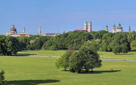 ミュンヘンのスカイライン、英国庭園、ドイツの Monopteros 寺院からの眺め。図: バイエルン州議会、聖ペテロ教会の塔、タワーの新しい市庁舎、聖母 写真素材