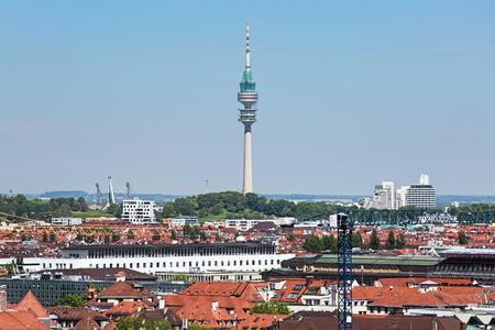 Olympiaturm TV-toren (Olympische toren) in het Olympische park van München, Duitsland. Uitzicht vanaf de toren van het nieuwe stadhuis. Redactioneel