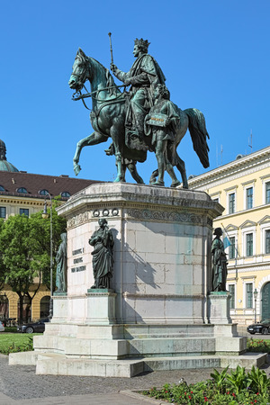 Equestrian statue of Ludwig I, king of Bavaria on the Odeonsplatz in Munich, Germany. The statue was unveiled in 1862. The German word on the plaque in hands of young servant means Persistence. Imagens