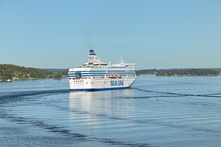 STOCKHOLM ARCHIPELAGO, SWEDEN - JUNE 1, 2018: Cruiseferry MS Silja Serenade. The ship was built in 1990 and modernized in 1999, 2010 and 2014. She operates on the Helsinki-Mariehamn-Stockholm route. Standard-Bild - 115577480