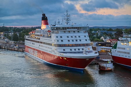 MARIEHAMN, ALAND ISLANDS, FINLAND - JUNE 13, 2008: Cruiseferry MS Gabriella of Viking Line in the port of Mariehamn at sunset. The ship was built in 1992 and rebuilt in 2008. Standard-Bild - 116282632
