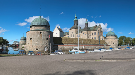 VADSTENA, SWEDEN - AUGUST 26, 2016: Vadstena Castle and guest harbor in the castles moat. View from east. Construction of the castle was started in 1545. It was completed in 1620. Redactioneel