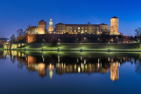 KRAKOW, POLAND - DECEMBER 16, 2016: Wawel Hill with Wawel Royal Castle and fragment of Wawel Cathedral at dawn. View from the bank of Vistula river. Redactioneel