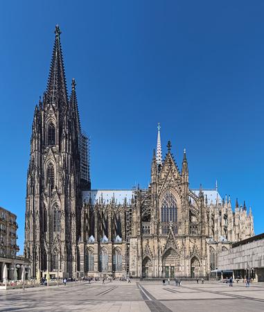 Kölner Dom, Deutschland. Der Bau der Kathedrale begann 1248. Derzeit ist sie mit 157 m Höhe die höchste Kirche mit zwei Türmen. Standard-Bild