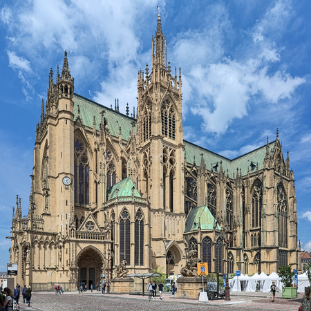 METZ, FRANCE - MAY 15, 2018: Cathedral of Saint Stephen of Metz. View from Place dArmes on the south-east facade. The present Gothic building was built in 1220-1550 and consecrated on April 11, 1552. Redactioneel