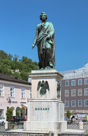 SALZBURG, AUSTRIA - MAY 22, 2017: Mozart Monument at Mozartplatz. The monument was designed by Ludwig Schwanthaler, casted in bronze by Johann Baptist Stiglmaier, and unveiled on September 5, 1842. Redactioneel