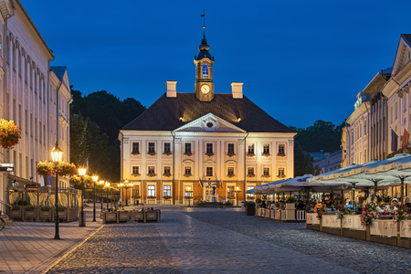 TARTU, ESTONIA - JULY 23, 2016: Town Hall and Town Hall Square with sidewalk cafe at summer dusk. The present Town Hall building was built in 1782-1789 by design of Johann Heinrich Bartholomaus Walter Redactioneel