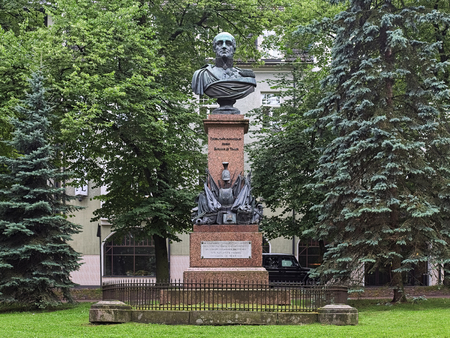 TARTU, ESTONIA - JULY 22, 2016: Monument to Prince Michael Andreas Barclay de Tolly, a Russian Field Marshal and Minister of War during Napoleons invasion in 1812. The monument was erected in 1849. Redactioneel
