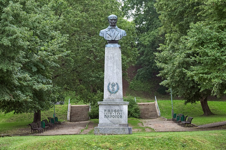 TARTU, ESTONIA - JULY 22, 2016: Monument to Nikolay Pirogov, a prominent Russian scientist, medical doctor, founder of field surgery. Monument by Arseni Molder and Juhan Raudsepp was erected in 1952. Redactioneel