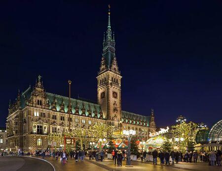 Hamburg, Duitsland - 5 December 2018: Kerstmarkt op het stadhuisplein voor het stadhuis van Hamburg in de schemering. Dit is de populairste en meest bezochte kerstmarkt van de stad.