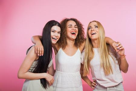 Tre ragazze felici degli amici allo studio Expession of delight, umore luminoso. Amicizia femminile