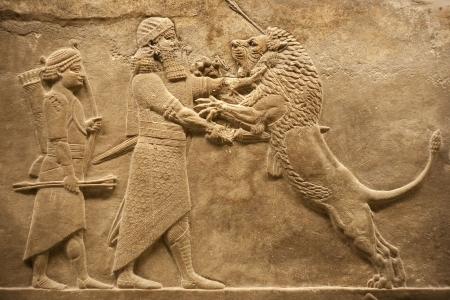 babylonian: Socorro antiguo que representa a un leones de caza de Guerrero de assirian
