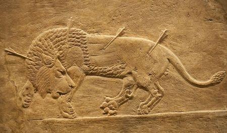 hunted: Cazado socorro assyrian antiguo de un beig de Le�n con flechas  Foto de archivo