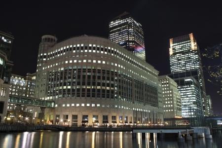 kanarienvogel: Canary Wharf Wolkenkratzer in London in der Nacht mit �berlegungen im Fluss Lizenzfreie Bilder