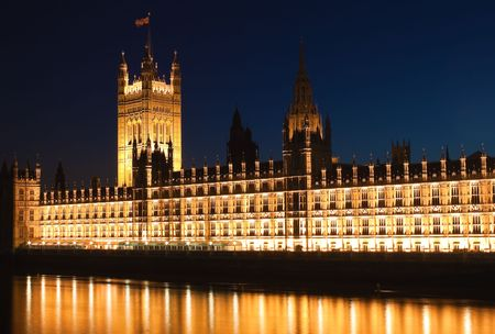 iluminated: Las casas del Parlamento iluminados por la noche con reflexiones sobre el r�o T�mesis
